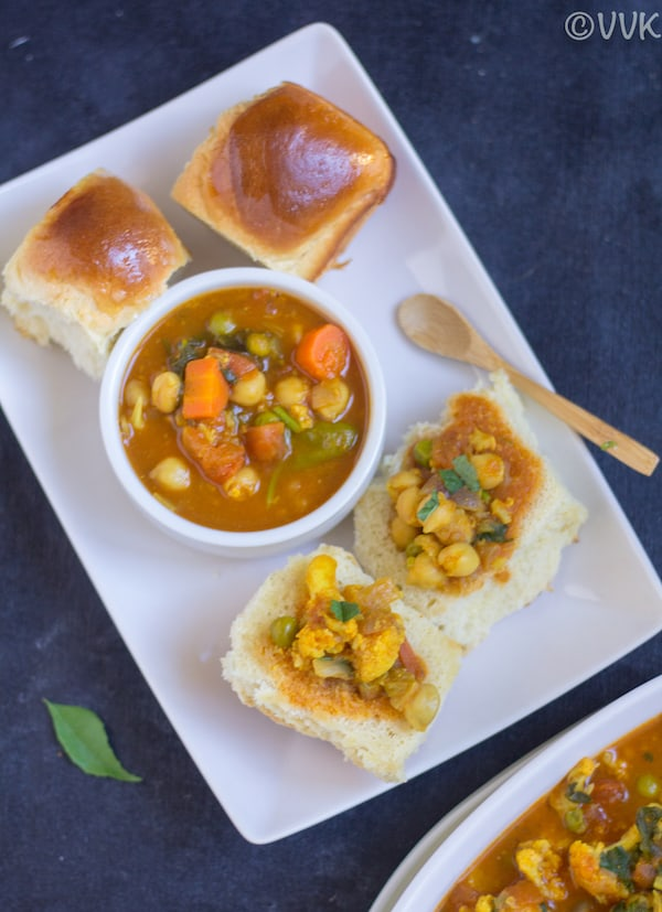 Vegan Bunny Chow with delicious buns on the side