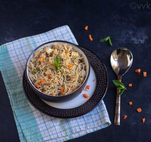yakhni veg pulao in a bowl