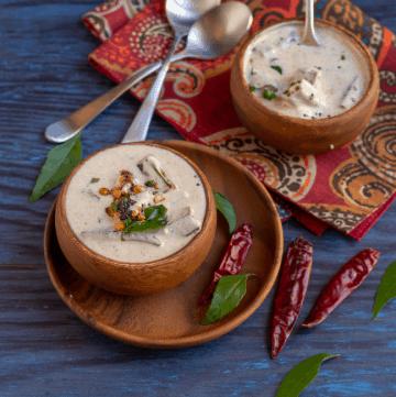 okra raita in wooden bowls