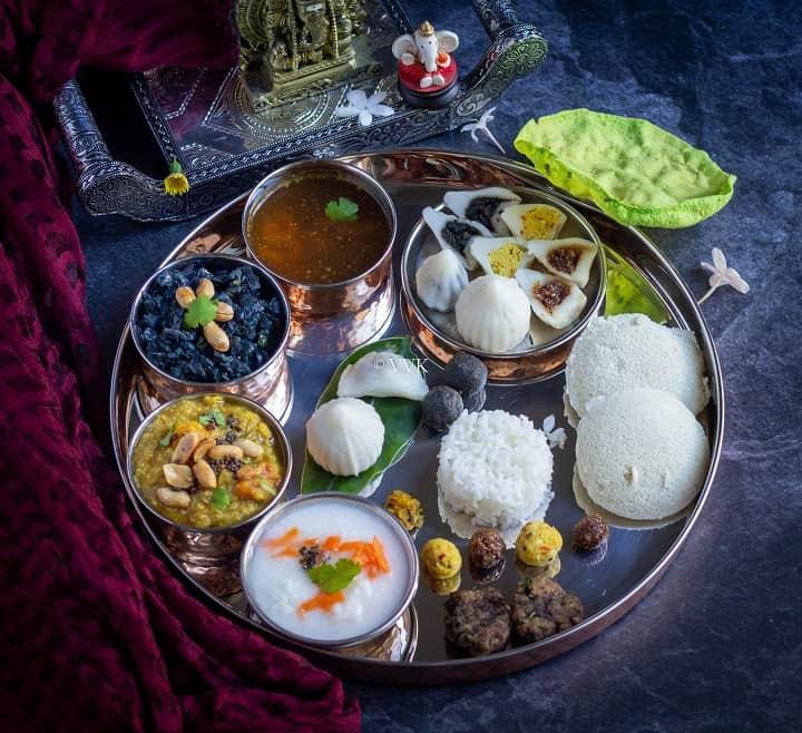 ganpathi festival thali with three kozhukatti, idli, rice and bisibelebaath