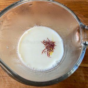 adding saffron to milk