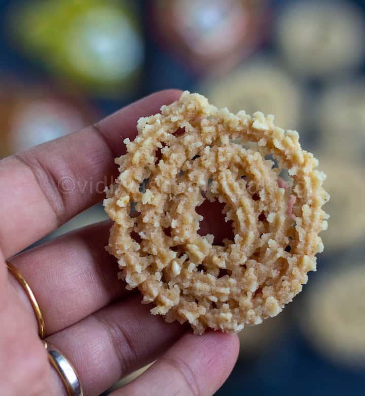 close look of baked murukku