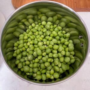 fresh green peas in the mixer jar