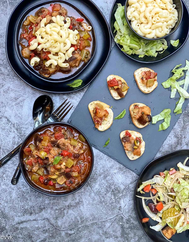 कैपोनाटा स्टू के रूप में, पास्ता और ब्रशेटा के साथ परोसा जाता है