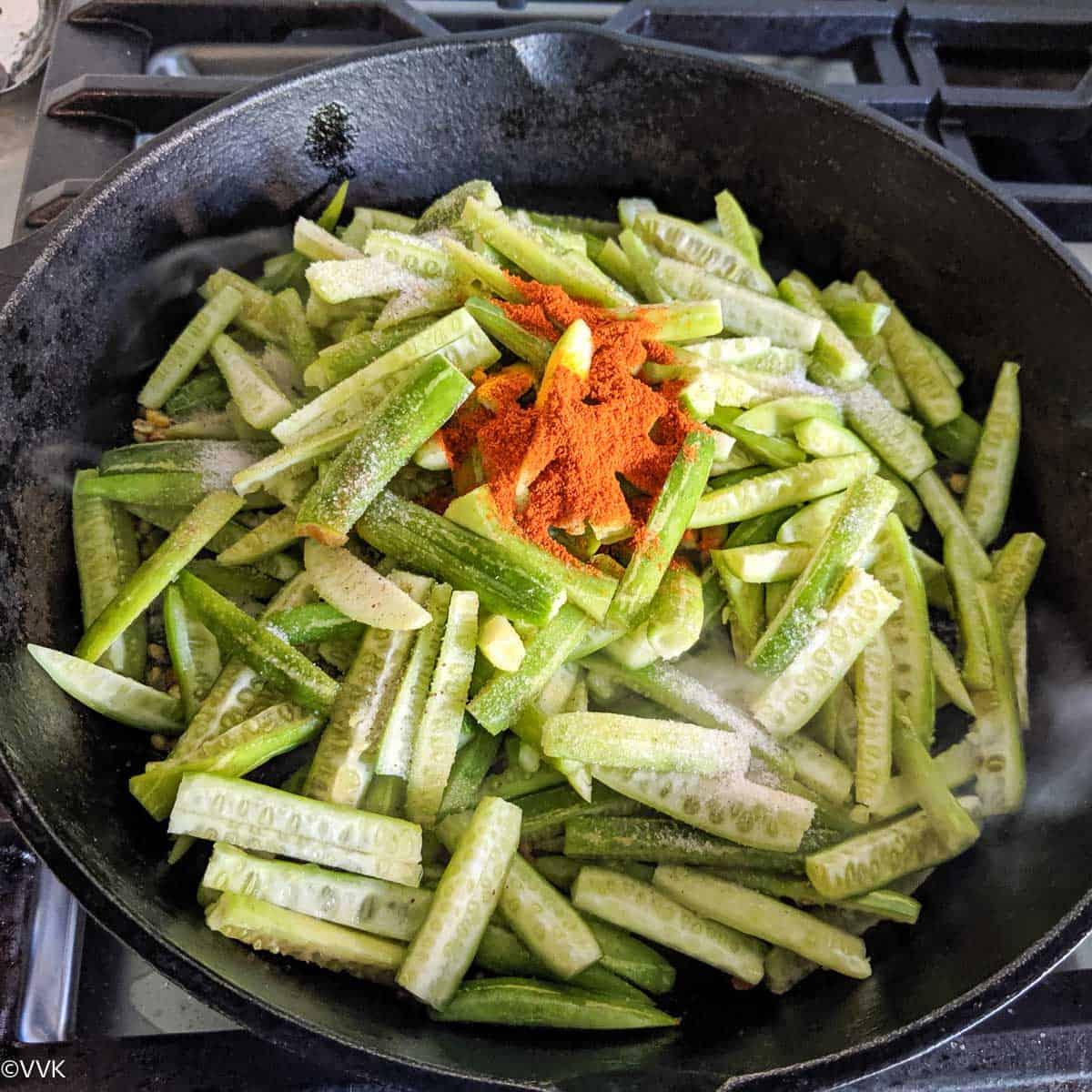 सब्जी और मसाले जोड़ना