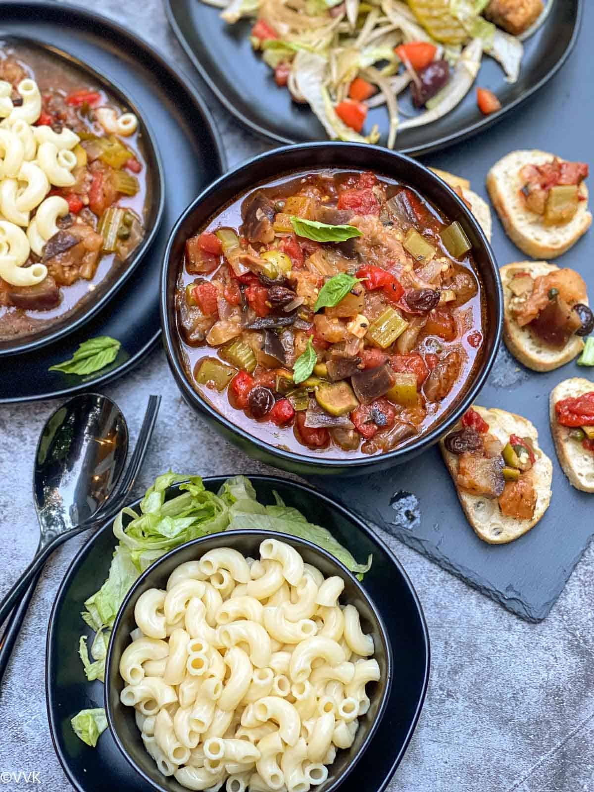 पास्ता, सलाद और ब्रशेटा के साथ कैपोनाटा का ओवरहेड शॉट