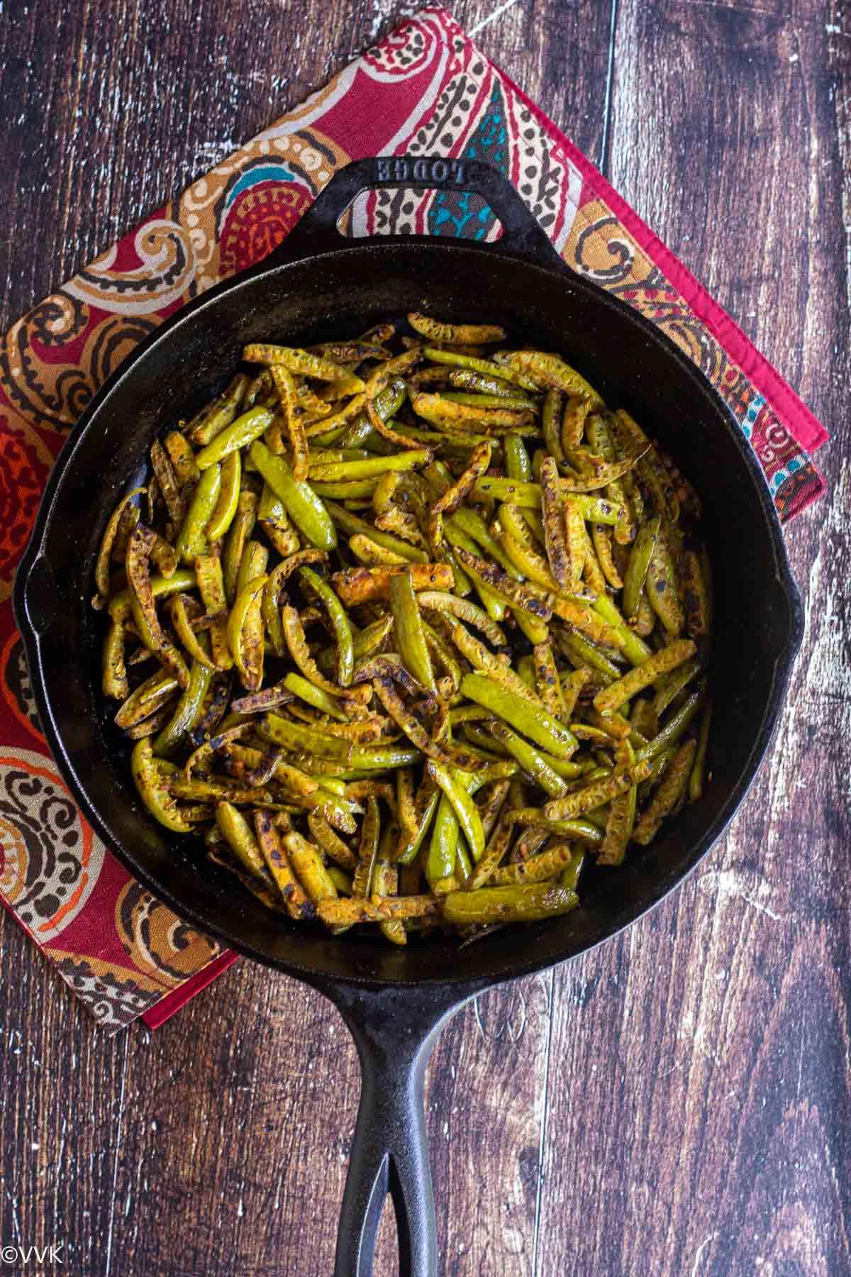 आसान कोवाक्कई पोरियाल लाल मटके पर रखे कच्चे लोहे के पैन में पकाया और परोसा जाता है